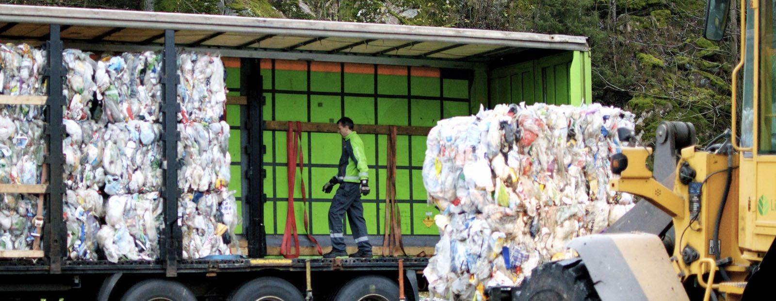 PLASTFRAKT. Skitten plastemballasje kan forurense annet innlevert plastavfall under transport. Foto: Grønt Punkt/Jens Ross Semb